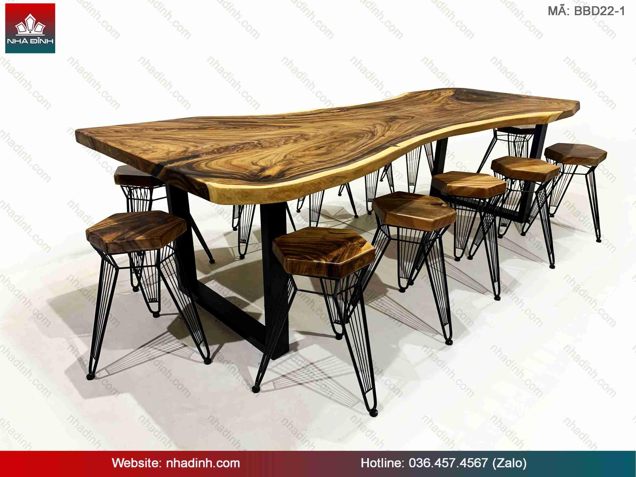 Bàn ghế gỗ Me Tây tạo cho không gian nhà hàng mộc mạc và gần gũi